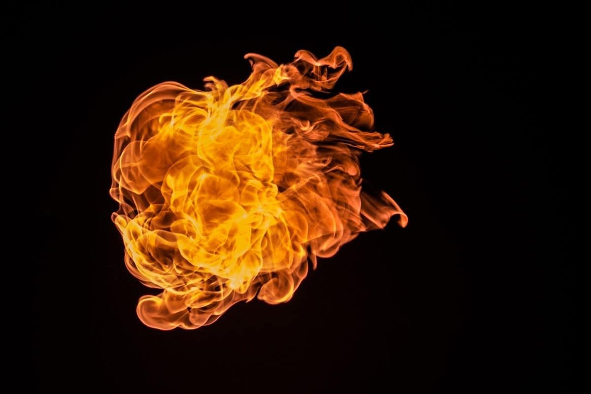 تفسير رؤية النار في المنام للعزباء للمتزوجة