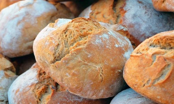 تفسير رؤية الخبز في المنام للعزباء للمتزوجة للحامل
